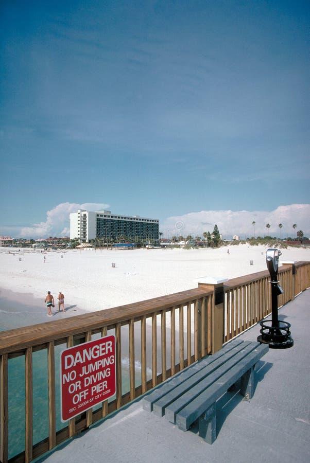 Paseo marítimo, banco, y muestra en la playa foto de archivo libre de regalías