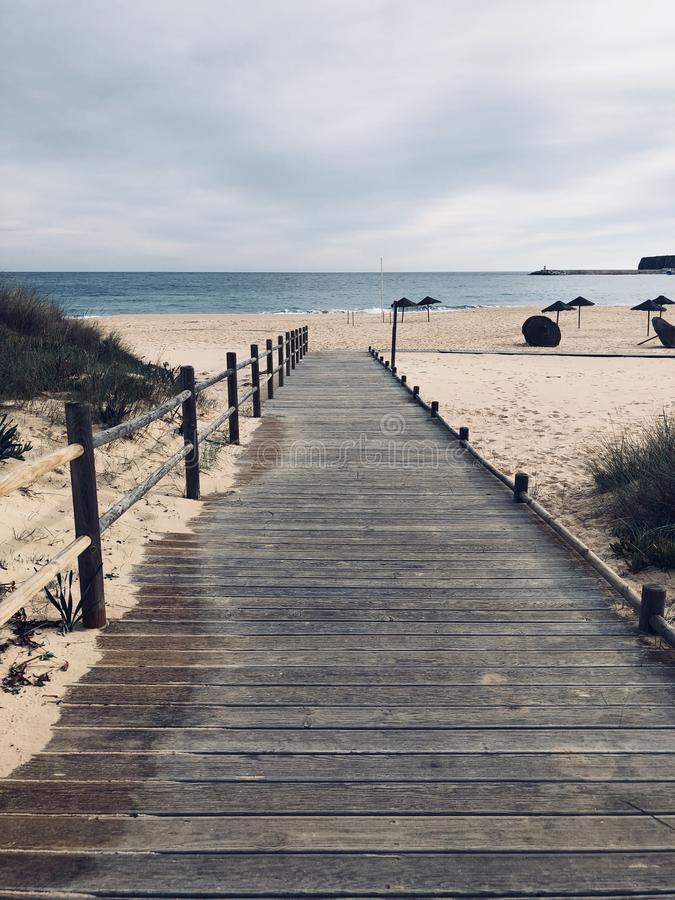 Paseo marítimo de madera vacío en Portugal fotos de archivo