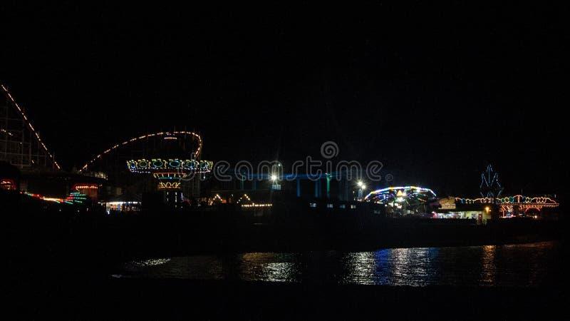 Paseo marítimo en la noche imagen de archivo