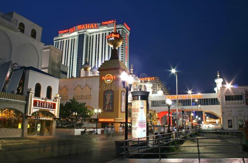 Paseo marítimo en la noche en Atlantic City fotos de archivo