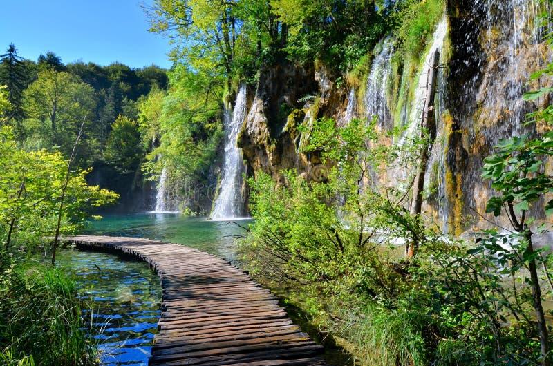 Paseo marítimo y cascadas de los lagos Plitvice, Croacia imágenes de archivo libres de regalías
