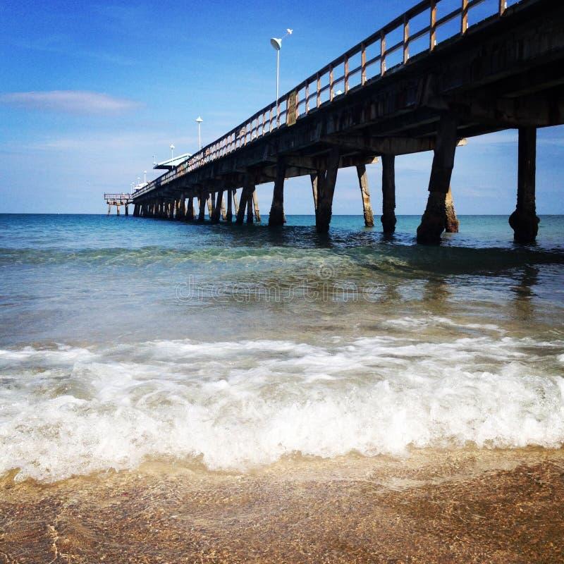 Paseo marítimo y ondas hermosos del océano imagen de archivo libre de regalías