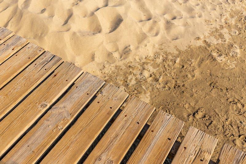 Paseo mar?timo de madera resistido en la arena foto de archivo libre de regalías