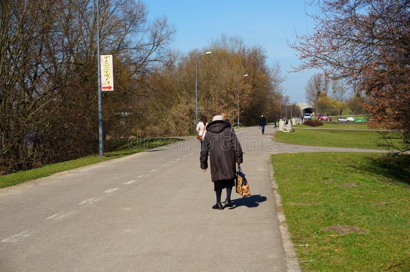 Download Paseo Mayor Del Parque De La Mujer Foto de archivo editorial - Imagen de poznán, walking: 44851408
