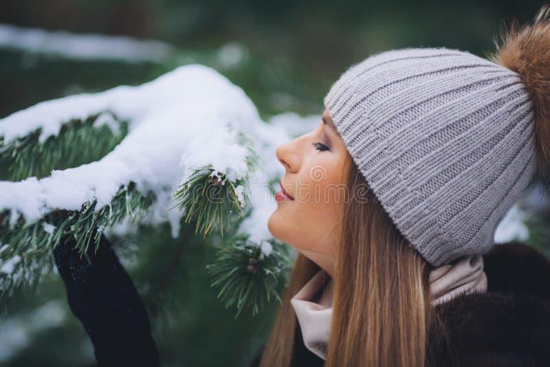 Paseo modelo joven de la muchacha en el bosque del invierno fotos de archivo