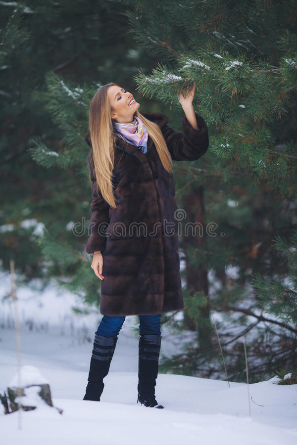 Paseo modelo joven de la muchacha en el bosque del invierno fotos de archivo libres de regalías