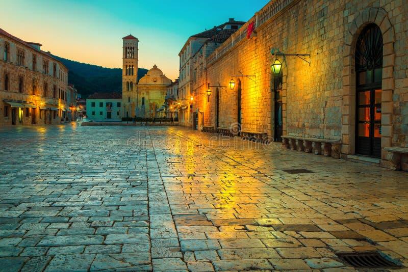 Paseo pavimentado brillante con la catedral Svetog Stjepana, Hvar, Dalmatia, Croacia imagenes de archivo