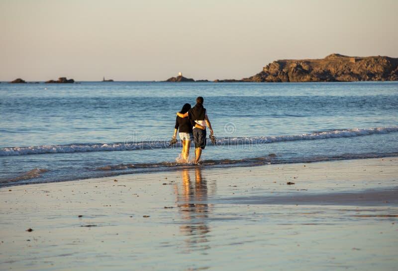 Paseo romántico de un par en amor en la playa en Saint Malo Bretaña, foto de archivo