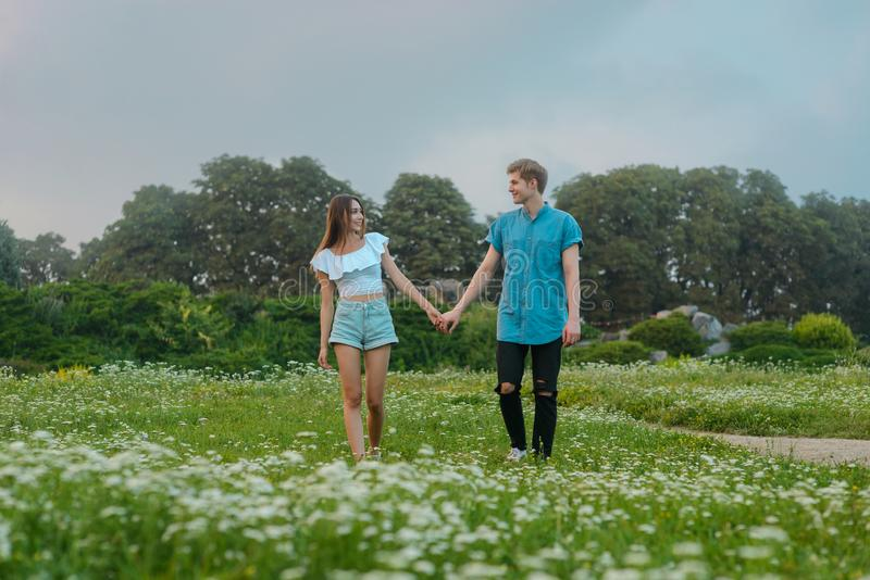 Paseo romántico en el bosque fotografía de archivo