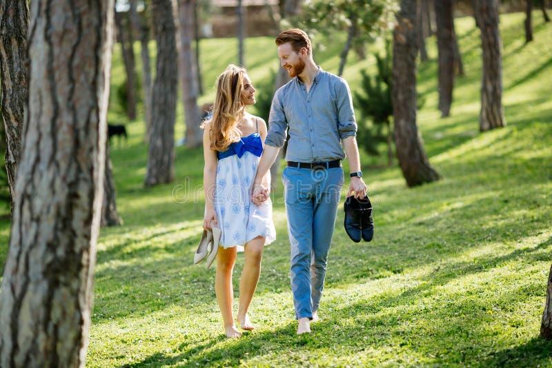 Paseo romántico en naturaleza imagen de archivo libre de regalías