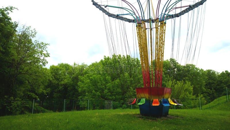 Paseo separado del parque de atracciones del entretenimiento Asientos en cadenas largas Nadie monta Alrededor del silencio y del  fotos de archivo libres de regalías