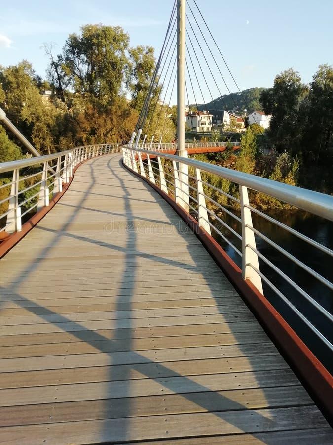 Paseo sobre el puente foto de archivo libre de regalías