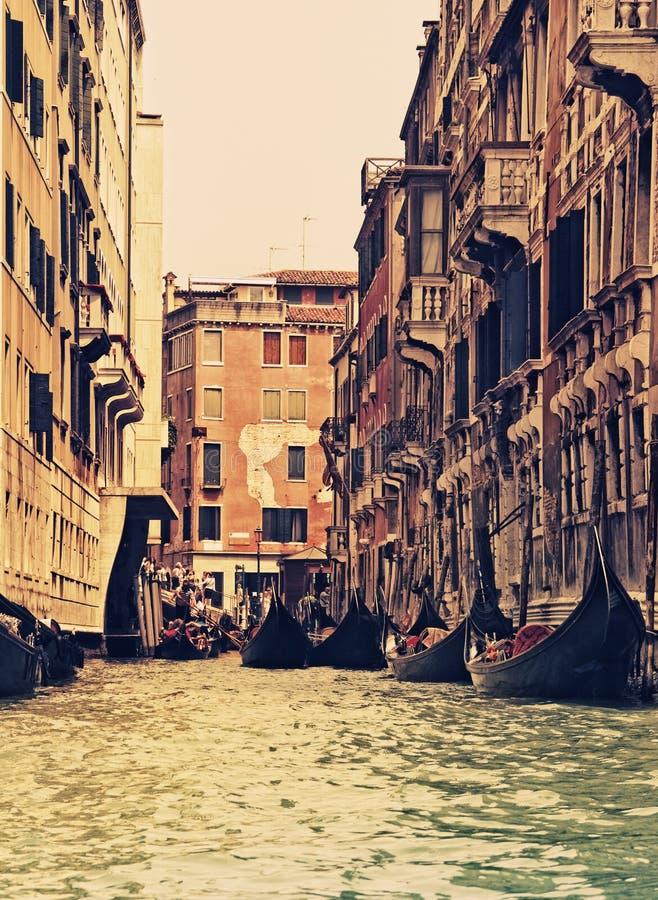 Paseo tradicional de la góndola de Venecia imagenes de archivo