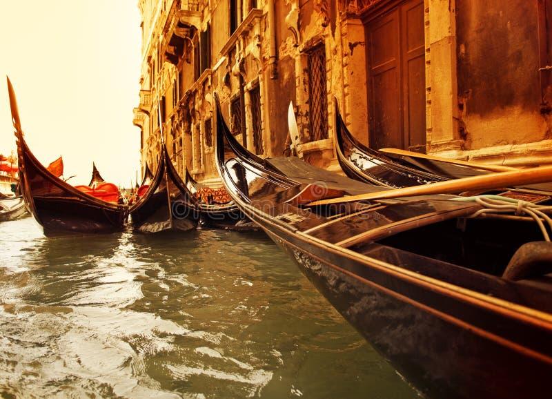 Paseo tradicional de la góndola de Venecia fotos de archivo libres de regalías