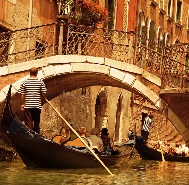 Paseo tradicional de la góndola de Venecia fotografía de archivo