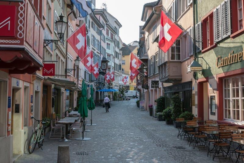 Paseo a través de edificios viejos en el centro histórico de la ciudad de Zurich fotos de archivo
