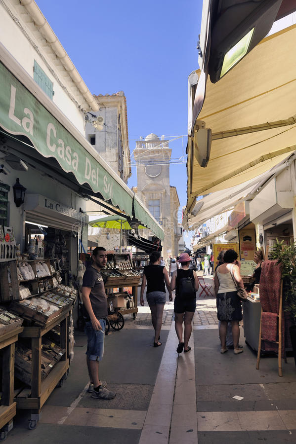 Paseo a través de una calle peatonal de las compras imagen de archivo libre de regalías