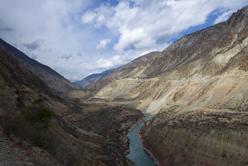 Paseo a través del valle del río Jinsha imagen de archivo