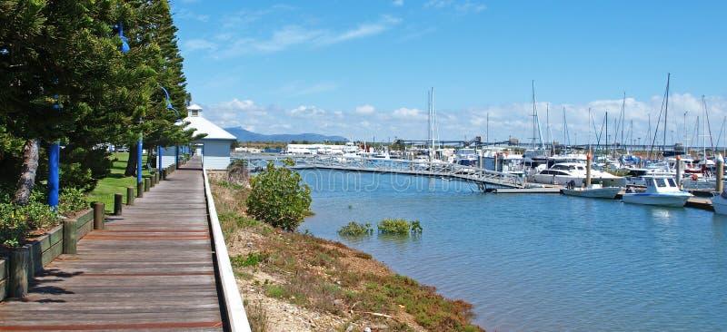 Paseo tropical del tablero del puerto deportivo de la costa de la madera con los barcos fotos de archivo libres de regalías