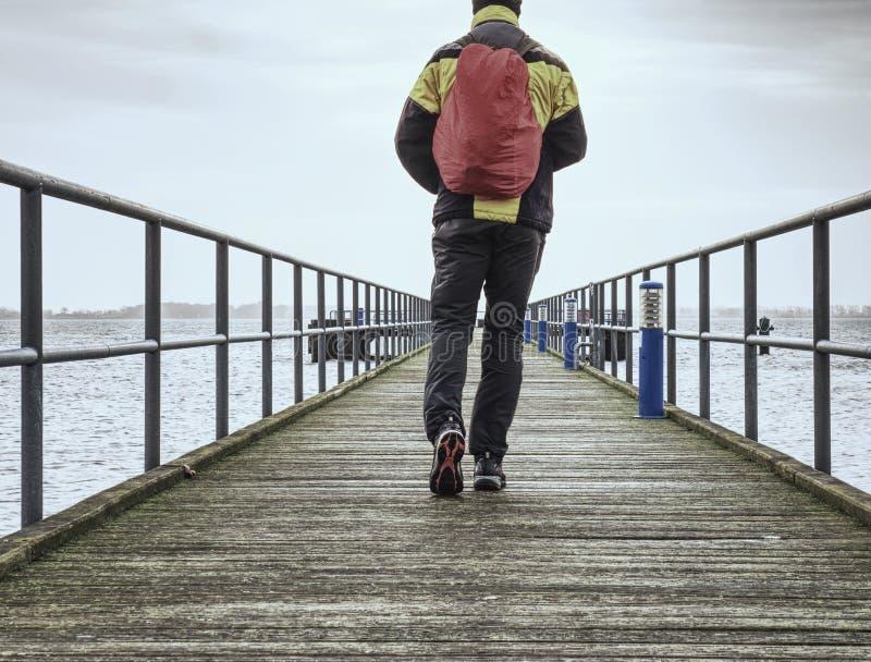 Paseo turístico en el embarcadero de madera al mar Embarcadero del puente de madera foto de archivo