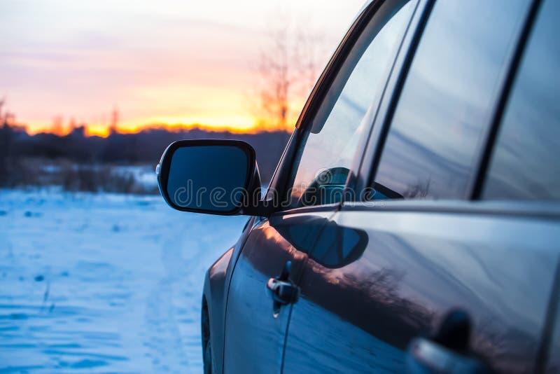 paseos campo a través del coche en la nieve fotografía de archivo