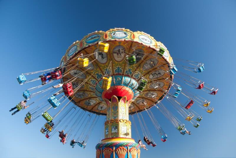 Paseos del oscilación en el parque de atracciones imagen de archivo