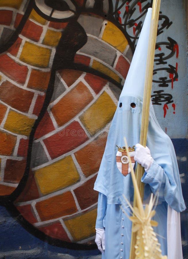 paseos penitentes delante de una pintada en la procesión de la semana santa fotos de archivo libres de regalías