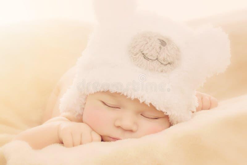 Pasgeboren baby in beerhoed stock fotografie
