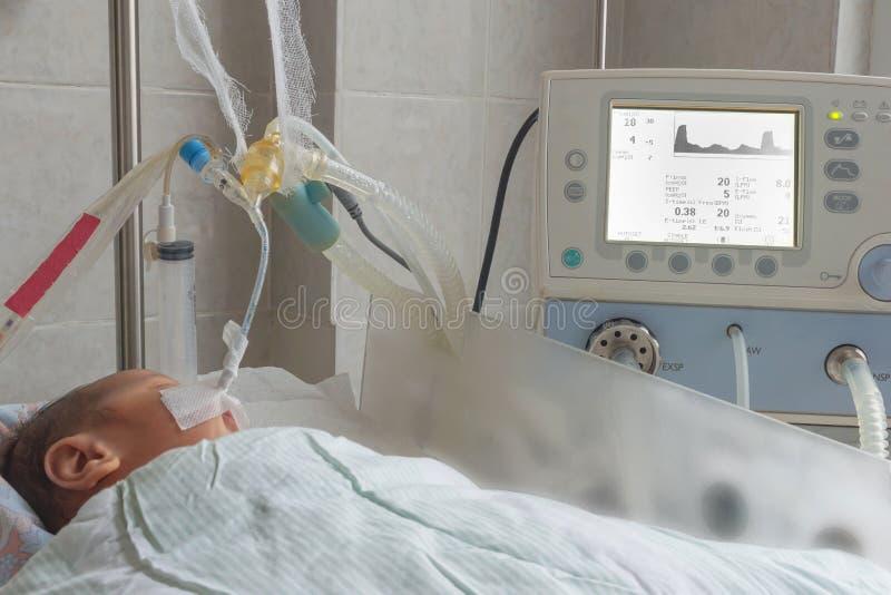 Pasgeboren baby bij de ademhaling van machine in intensive careeenheid bij pasgeborenen royalty-vrije stock foto