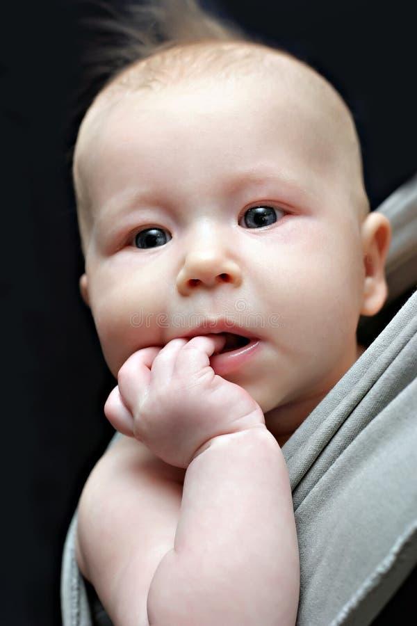 Pasgeboren baby in de grijze slinger stock fotografie