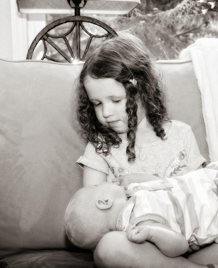 Pasgeboren Baby die door Grote Zuster Toddler worden gehouden stock foto