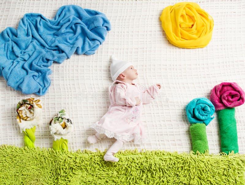 Pasgeboren baby die op creatieve kleding liggen royalty-vrije stock foto's