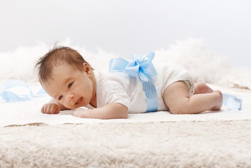 Pasgeboren baby die op voorzijde liggen royalty-vrije stock foto