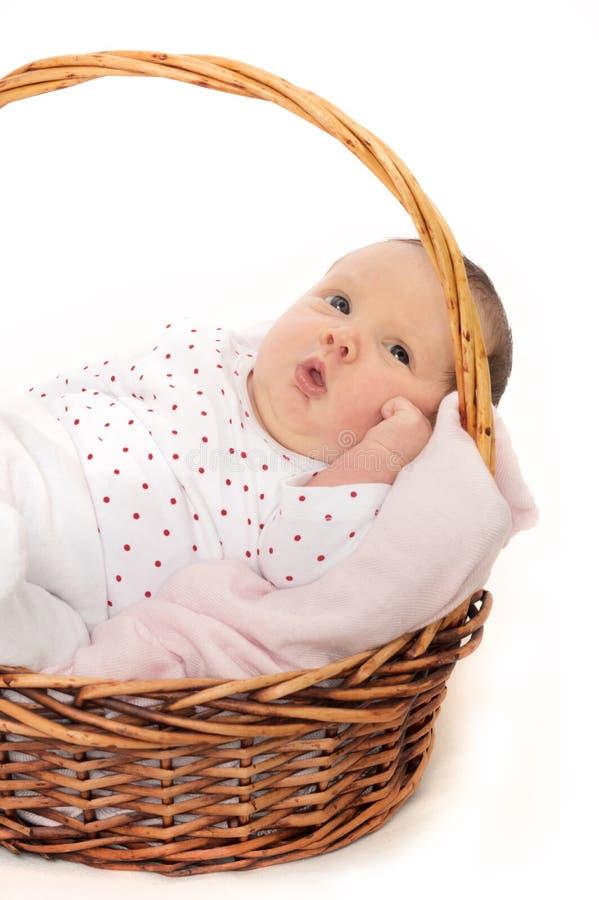 Pasgeboren Baby die vreedzaam in Mand liggen stock afbeelding