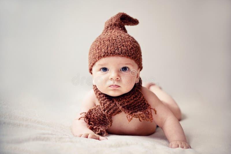 Pasgeboren baby in een GLB en een sjaal stock foto's