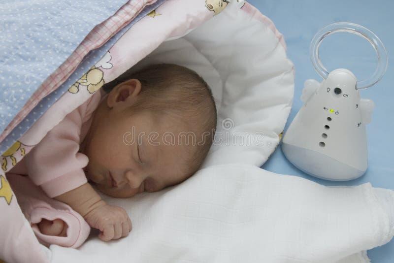 Pasgeboren baby en elektronisch kindermeisje royalty-vrije stock foto's