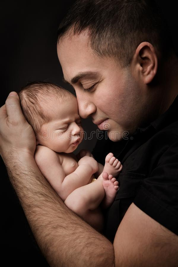 Pasgeboren Baby en Vader Portrait, Mens die Nieuw houden - het geboren Jonge geitje op Handen, Ouders geeft royalty-vrije stock foto