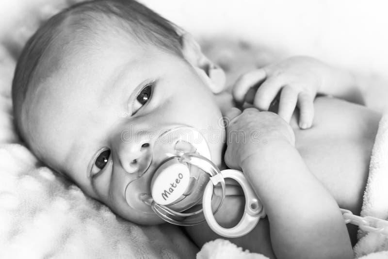 Pasgeboren baby met fopspeen stock afbeelding