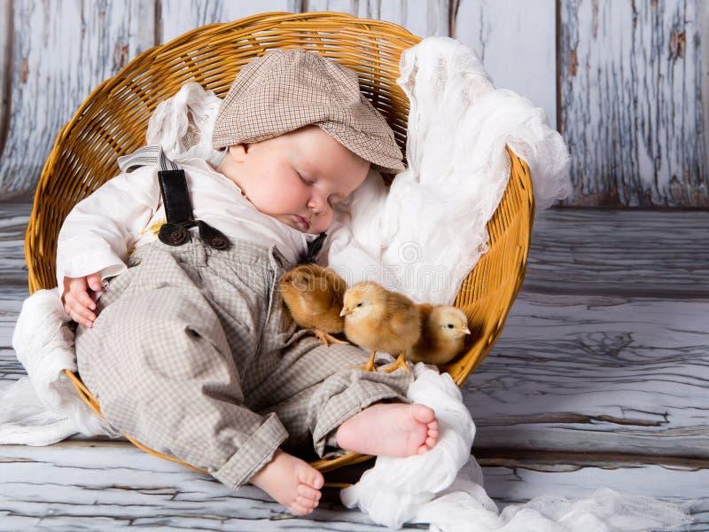 Pasgeboren baby met kuikens. stock afbeeldingen