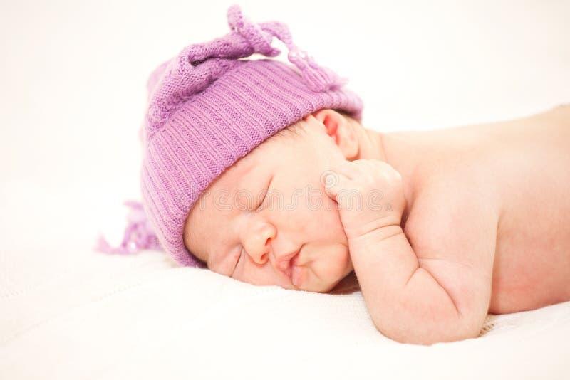 Slaap pasgeboren baby (op de leeftijd van 14 dagen) royalty-vrije stock foto's
