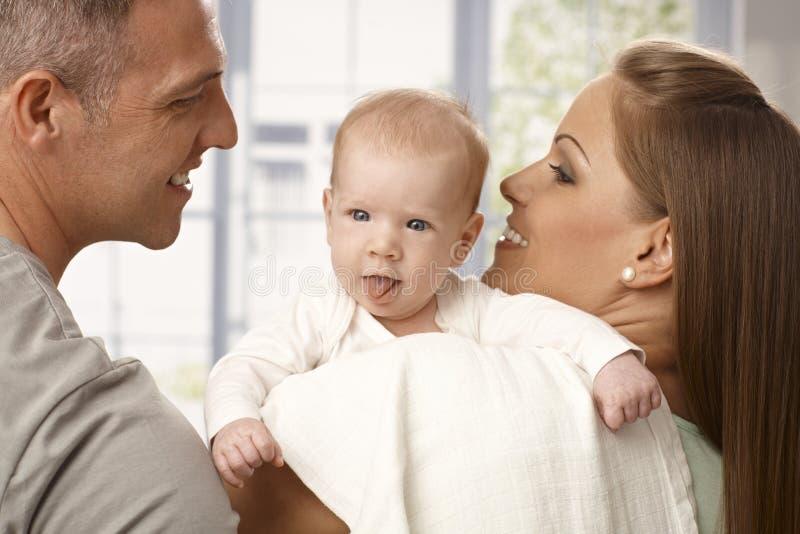 Pasgeboren baby plakkende tong royalty-vrije stock foto
