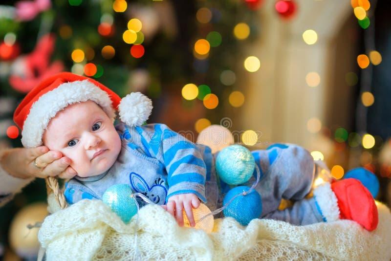 Pasgeboren baby in Santa Claus ` s GLB royalty-vrije stock fotografie