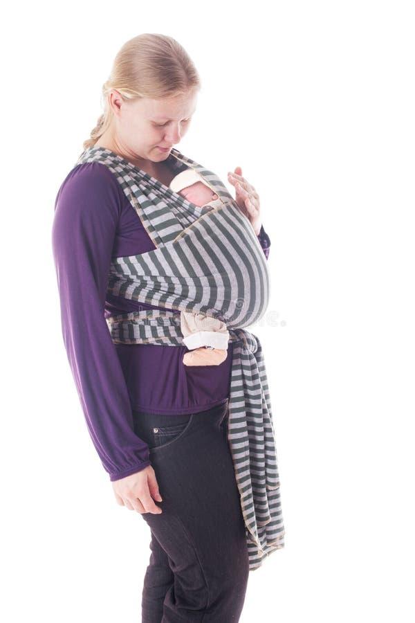 Pasgeboren baby in slinger stock foto's