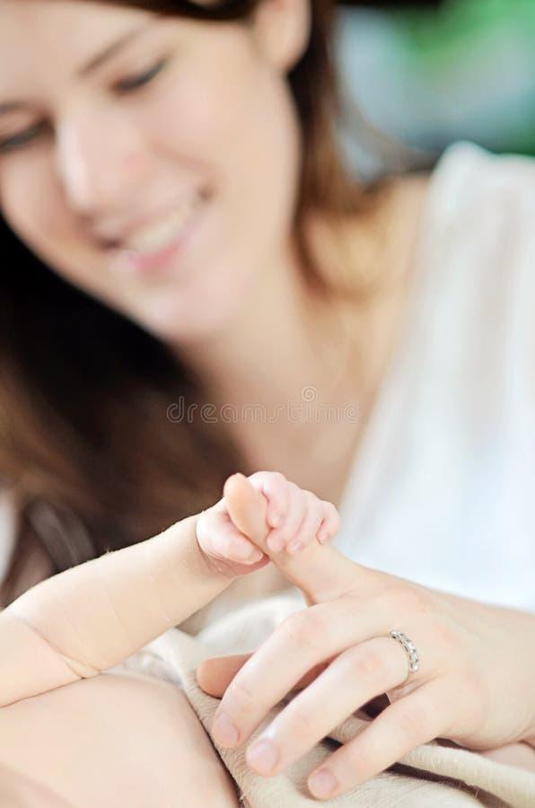 Pasgeboren babyhand stock afbeelding