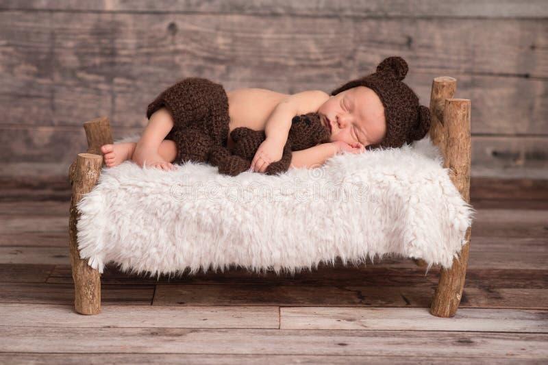 Pasgeboren Babyjongen die een Beerbonnet dragen stock foto's