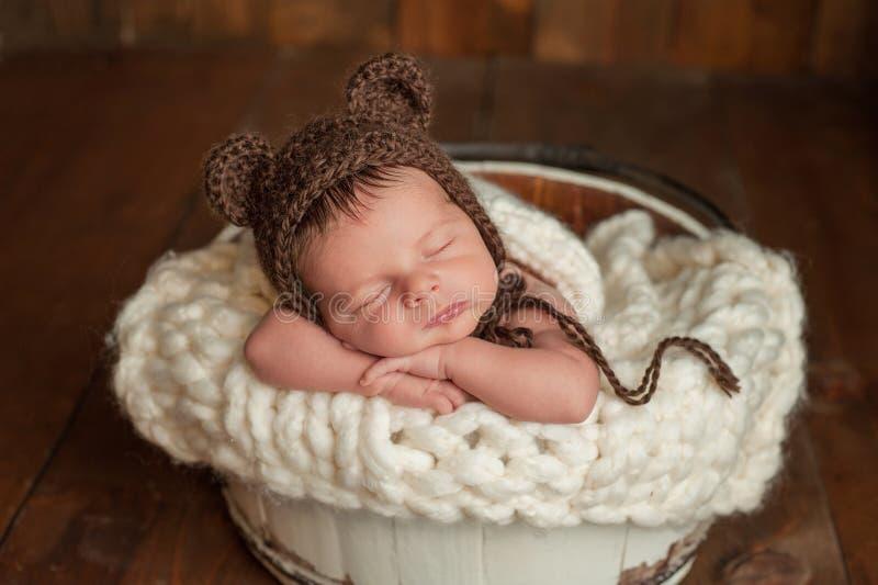 Pasgeboren Babyjongen die een Beerbonnet dragen stock foto