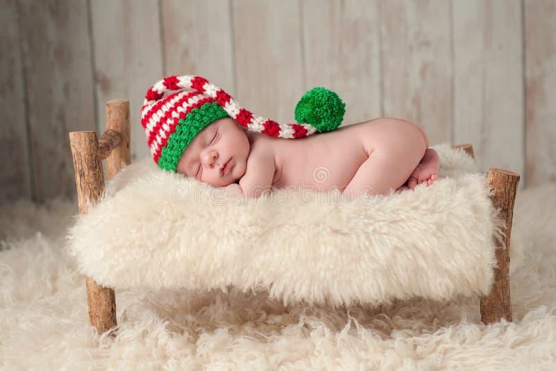 Pasgeboren Babyjongen die een Hoed van het Kerstmiself dragen royalty-vrije stock fotografie