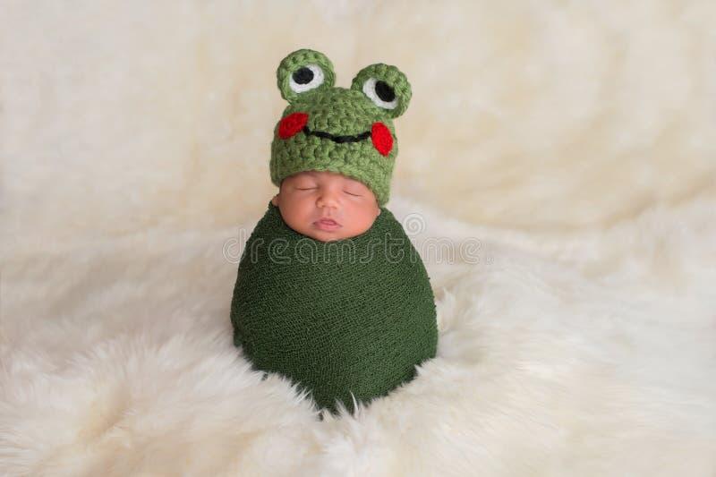 Pasgeboren Babyjongen die een Kikkerhoed dragen stock foto