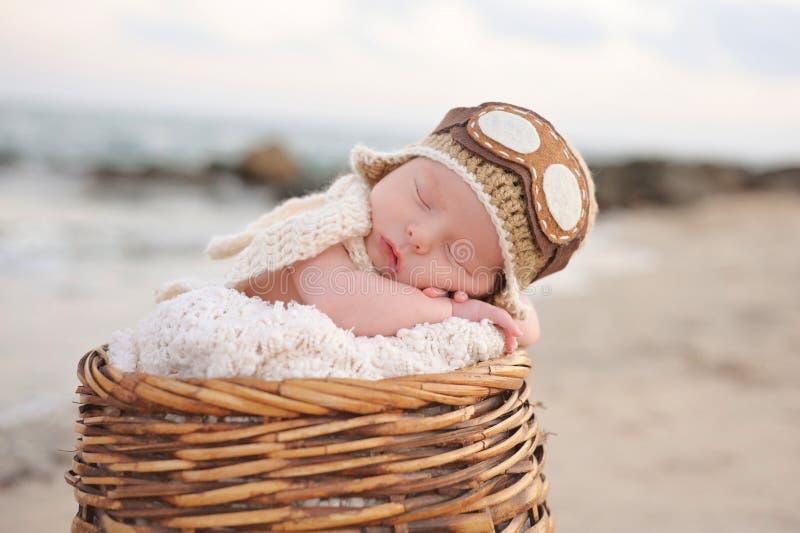 Pasgeboren Babyjongen die een Vliegenier Hat dragen royalty-vrije stock foto's