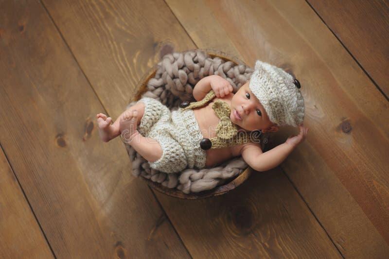 Pasgeboren Babyjongen die een weinig Mensenkostuum dragen stock afbeelding
